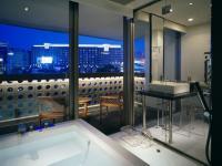 お風呂に浸かりながら夜景を堪能できる。