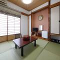 和室はお一人さまから大人数まで。お風呂は4Fの大浴場をご利用ください。