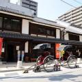 「博多町家」ふるさと館の外観。3棟で構成、みやげ処もあります。