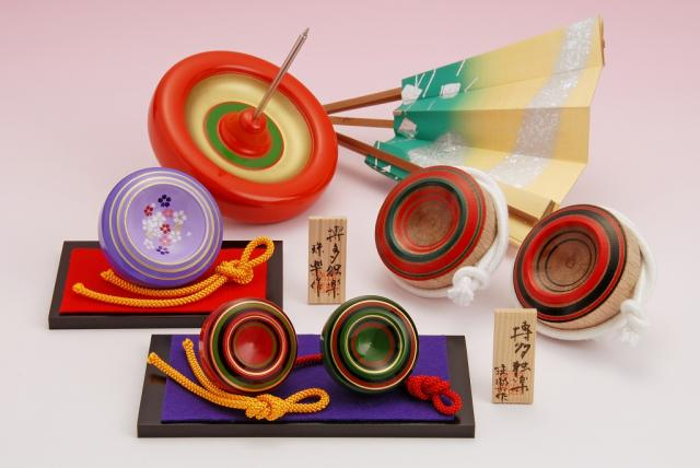 Toy top performance developed after the invention of Hakata koma (toy top) which you can spin on you hand and move around.