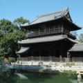 有美麗的大門和池塘的寺廟