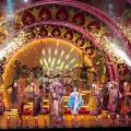 物語の一幕。花火や煌びやかな衣裳、軽快なダンスで華やかなショーへ!©Disney 撮影:荒井健