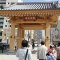 承天寺通りに建つ「博多千年門」