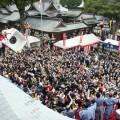 能舞台からの豆まきの様子(提供:福岡市)
