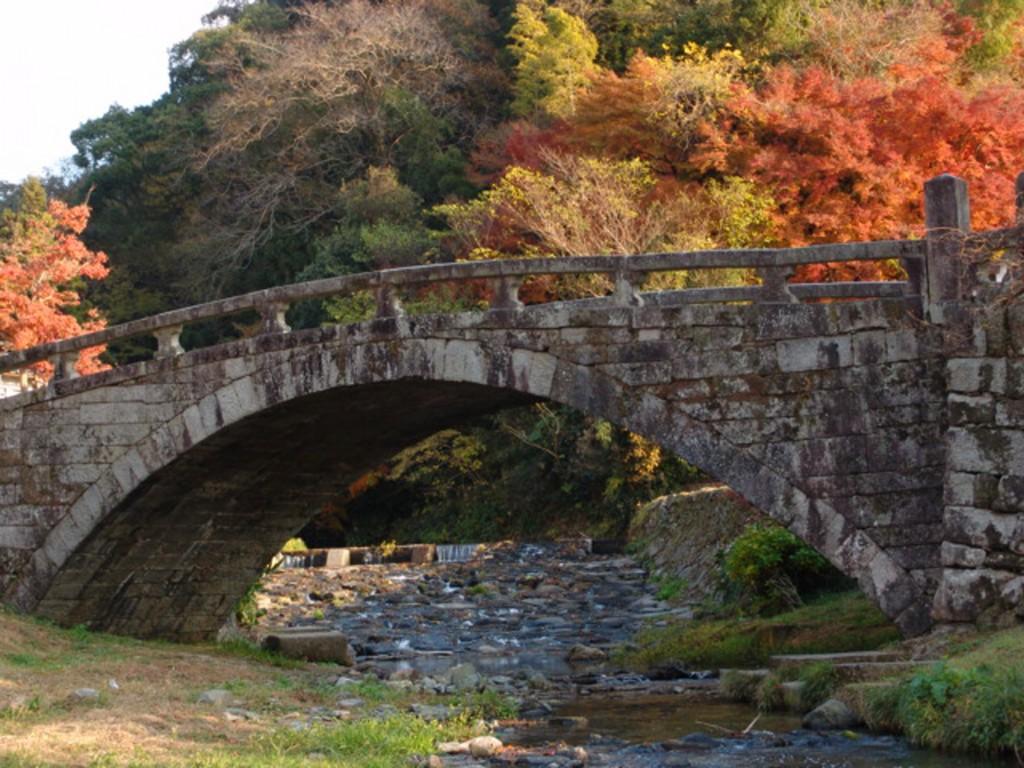 秋月「眼鏡橋」の紅葉。美しい自然を満喫できます