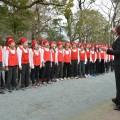 詩碑苑で式典が開催され、「帰去来」を合唱します
