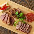 当店オリジナルの肉盛りです!全4種にピクルスが添えてあります