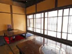 2階の15名収容可能の%0D%0A掘りごたつ個室、窓側は10名収容可能。