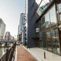中州を望む川沿いの新しいビルの1階と2階にあります
