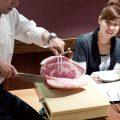 スタッフがお席でお肉を手切りするパフォーマンスも人気