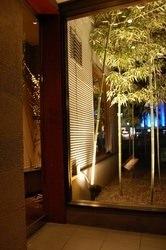 ライトアップされた幻想的な玄関