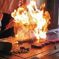 カウンターの目の前で焼く鉄板串は味・香りで食欲をそそります。