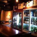 カウンター13席有ります!!350種のお酒を眺めながら…。