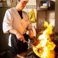 【豪快に調理】ベテランシェフが腕を振るう中華料理は絶品です