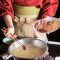 水炊きの調理は仲居に全ておまかせください。
