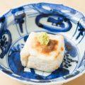 表面はカリッと中は白子のような食感の名物「焼胡麻豆腐」。