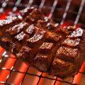 目の前の鉄板で焼かれるライブ感溢れる調理